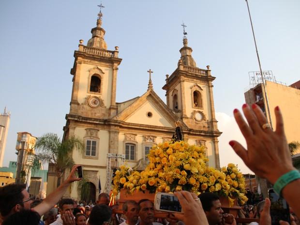 Procissão reúne fiéis neste dia 12 de outubro. Homenagem termina no Santuário Nacional, onde acontece a última missa às 19h. (Foto: Daniel Corrá/G1)