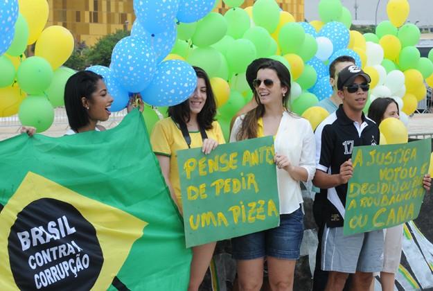 Manifestantes aplaudem atuação do STF no processo do mensalão (Foto: Fabio Rodrigues Pozzebom/ABr)