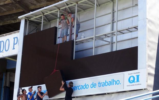Telão do Olímpico teve suas placas retiradas (Foto: Lucas Rizzatti/Globoesporte.com)