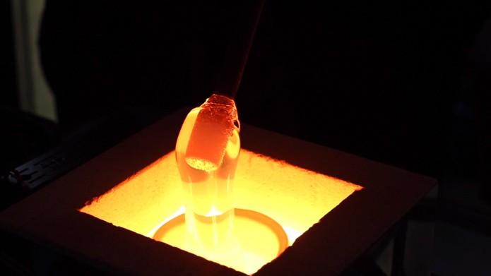 Vidro é mantido a temperaturas extremamente altas antes de ser moldado pela impressora (Foto: Reprodução/Vimeo)