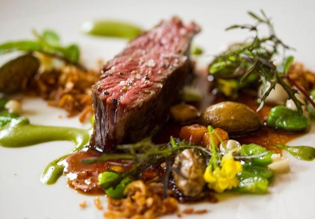 Um dos pratos do restaurante nova-iorquino Eleven Madison Park, escolhido o melhor do mundo em 2017 pela revista Restaurant (Foto: Reprodução/Facebook)