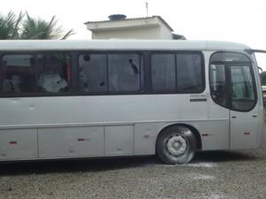 Ônibus foram depredados em Ipaba, Leste de MG (Foto: Patrícia Belo / G1)