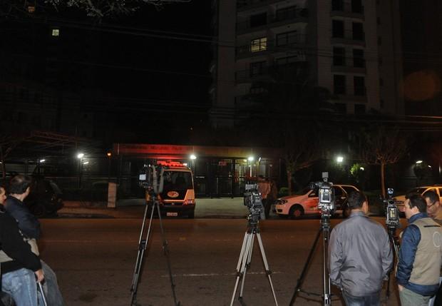 Imprensa em frente ao prédio ond emorava Champignon (Foto: Francisco Cepeda/AgNews)