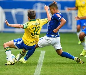 Alisson manda a bola para o gol (Foto: Fred Magno/ LightPress)