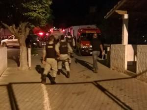 Polícia Militar e agentes penitenciários foram acionados para ajudarem a conter a rebelião. (Foto: Valdivan Veloso/G1)