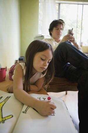 Pai e filha separados pela tecnologia (Foto: Thinkstock)