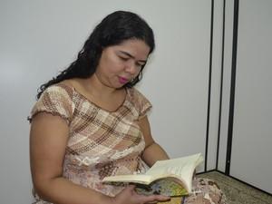 Carla Nobre é atriz, poeta e professora (Foto: Abinoan Santiago/G1)