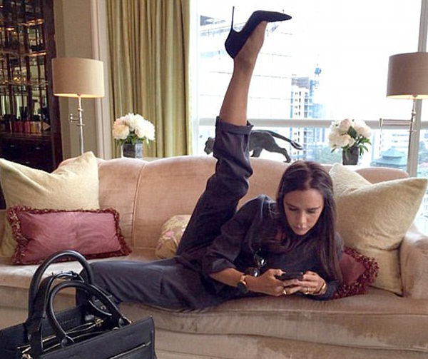 A pose característica de Victoria Beckham (Foto: Instagram)