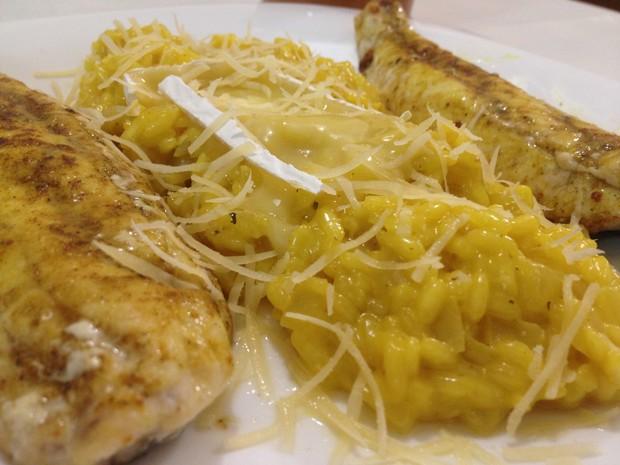 Peixe acompanha risoto de açafrão e queijo brie (Foto: Flavio Flarys / G1)