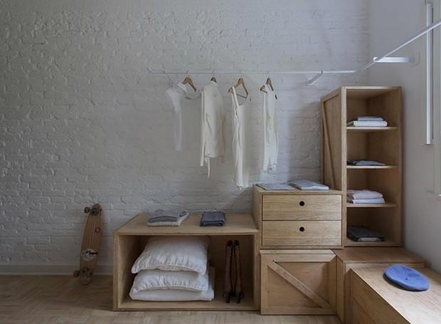 closet-madeira-marcenaria-tijolos-aparentes (Foto: Djan Chu/Divulgação)