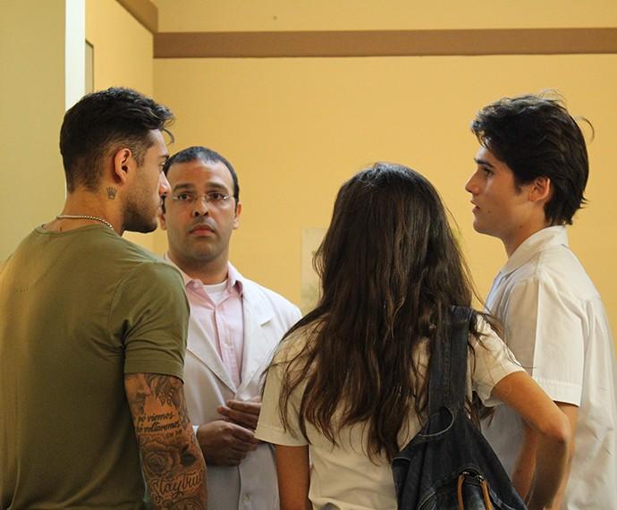 Uodson e Rodrigo ficam apreensivos para saber novidades da situação de Ciça (Foto: Thaís Dias/Gshow)