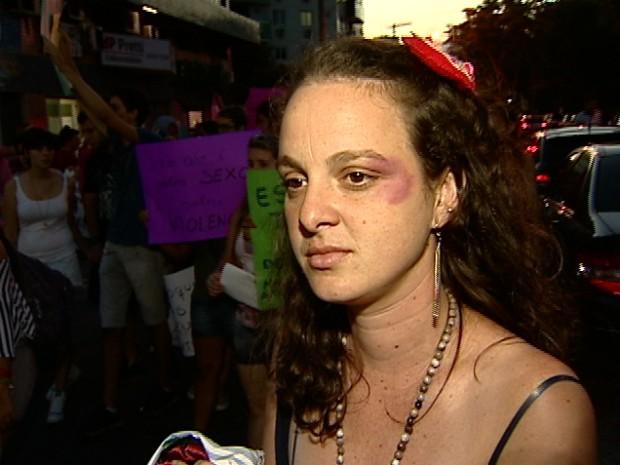Mulher simula agressão físcica com maquiagem em protesto contra a violência doméstica da mulher (Foto: Reprodução/TV Gazeta)