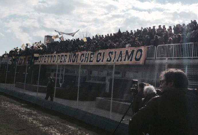 Torcedores do Parma exibem faixa em protesto contra situação do clube (Foto: Divulgação)