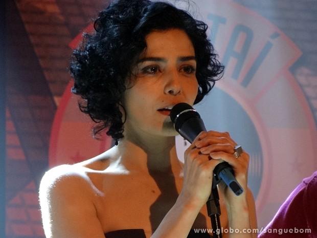Verônica olha a cena enquanto está no palco! (Foto: Sangue Bom / TV Globo)