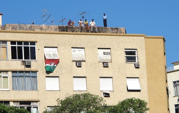 torcida do Fluminense em cima do prédio  (Foto: Globoesporte.com)