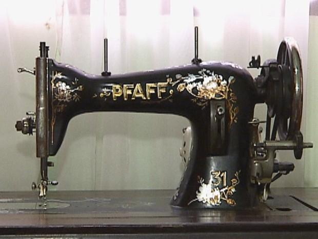 Máquina usada para fazer roupas da dupla (Foto: Reprodução TV TEM)