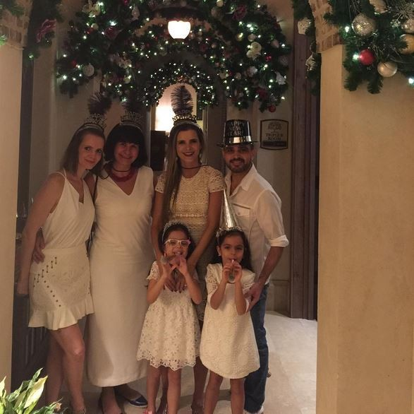 Flávia Camargo, o marido Luciano, e família (Foto: Reprodução/Instagram)