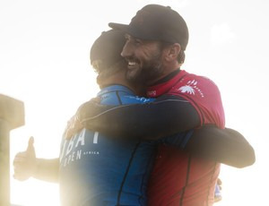 Mick Fanning abraça Joel Parkinson após a final da etapa de Jeffreys Bay J-Bay em 2014 Circuito Mundial de surfe 2014 (Foto: WSL / Kirstin Scholtz)
