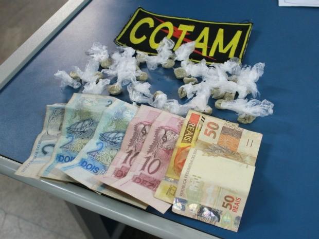 Além da droga, o suspeito tinha R$ 100 (Foto: Mônica Dias/G1)