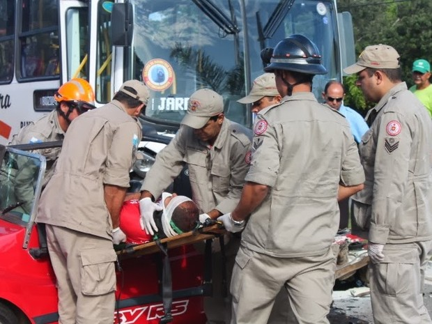 Quatro ficam feridos em acidente entre ônibus e bugue (Foto: Blog Renata Cristiane)