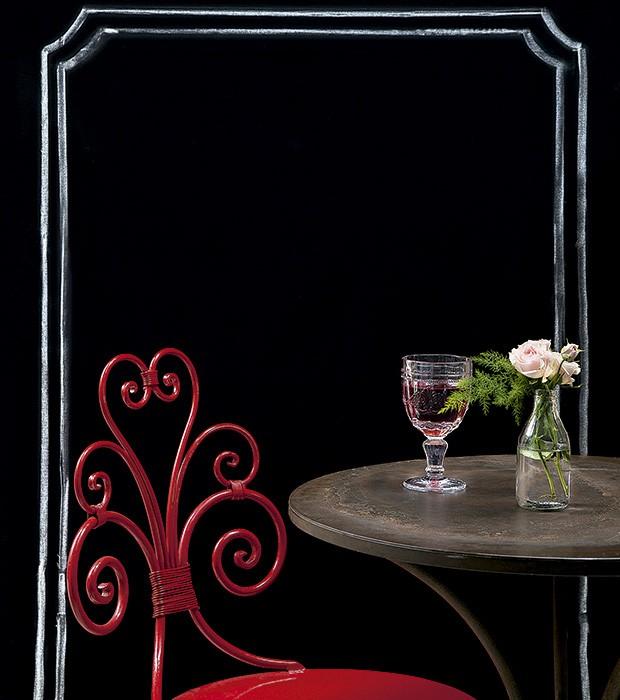 Cadeira e mesa Dom Mascate e taça Blue Gardenia para criar o clima francês (Foto: Cacá Bratke/Editora Globo)