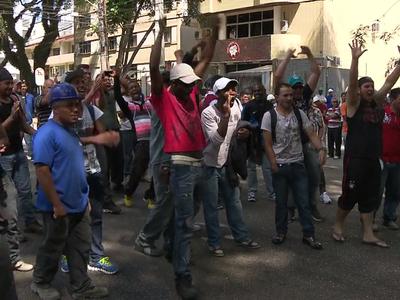 Operários fazem paralisação em frente a Arena da Baixada  (Foto: reprodução/RPCTV)