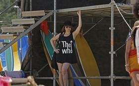 Alessandra Negrini exibe estilo punk de Susana em gravação na praia carioca