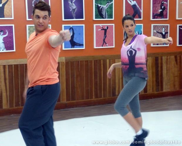 Átila ensina muita expressão e muita movimentação à atriz (Foto: Domingão do Faustão / TV Globo)
