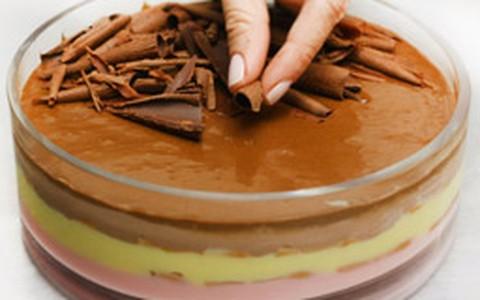 Sobremesa carioca de morango, chocolate e baunilha