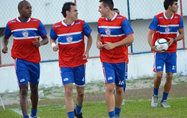 Jogador correu ao lado dos companheiros no treino desta quinta-feira (Foto: Felipe Martins/GLOBOESPORTE.COM)