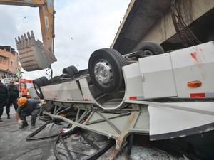 Ônibus destruído depois de cair de um viaduto no Rio de Janeiro. (Foto: Bruno de Lima/Frame/Estadão Conteúdo)