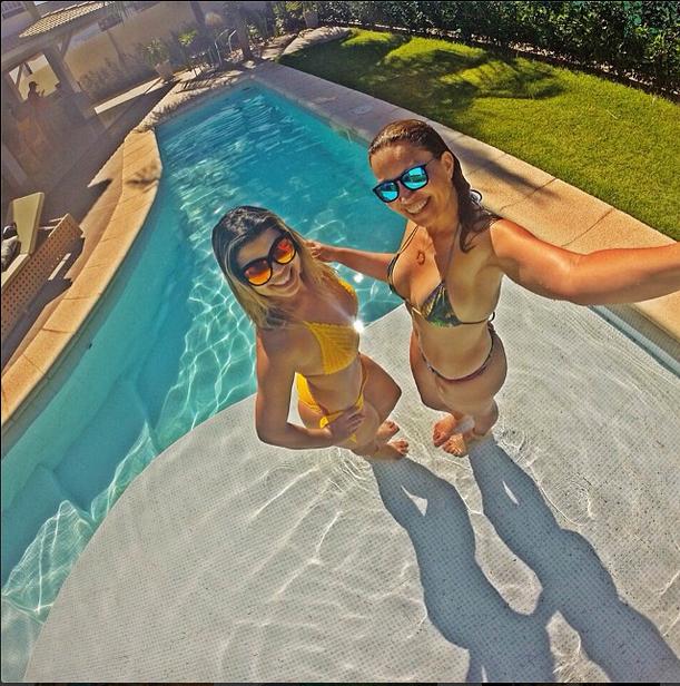 Solange Almeida faz selfie com amiga (Foto: Reprodução/Instagram)