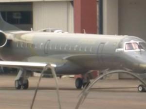 Avião da Polícia Federal aguarda chegada de Eduardo Cunha no aeroporto de Brasília (Foto: Reprodução/GloboNews)