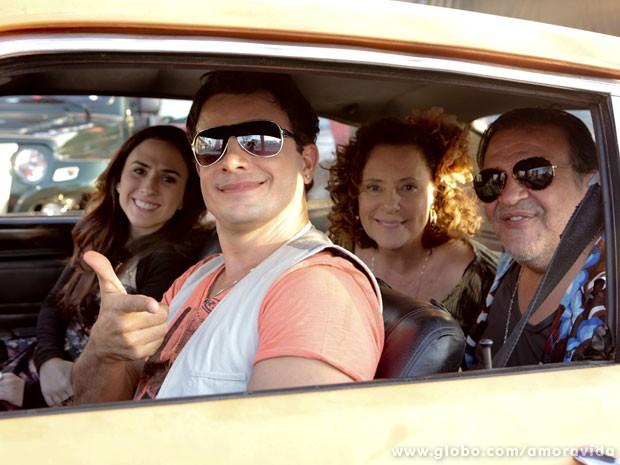 Tatá, Anderson, Luis e Savalla fazem a farra nos bastidores de gravação (Foto: Amor à Vida/TV Globo)