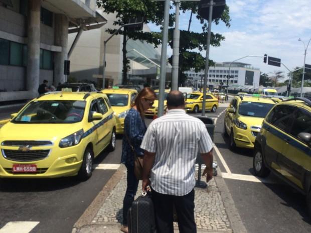 Cláudia Cruz desembarca no Aeroporto Santos Dumont, Rio (Foto: Alessandro Ferreira/G1)