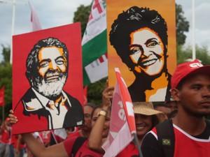 Manifestantes protestam com quadros de Dilma e Lula em Petrolina, PE (Foto: Juliane Peixinho / G1)