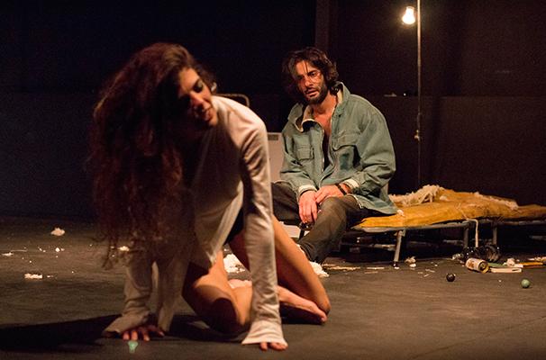 Natalia Gonsales e Flávio Tolezani em cena do espetáculo (Foto: Michelle Tomaz)