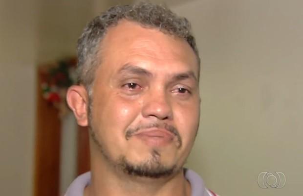 Emocionado, Cleverson disse que nunca imaginou que seria pai de quadrigêmeos, em Goiás (Foto: Reprodução/TV Anhanguera)