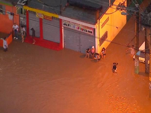 Avenida Jacu-Pêssego alagada (Foto: Reprodução TV Globo)
