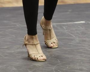 Agatha Moreira diz que não está acostumada com o salto (Foto: Fábio Rocha / Gshow)