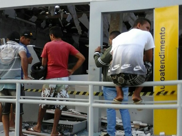 Sete homens armados explodiram agência do Banco do Brasil em Paraibano (Foto: G1)