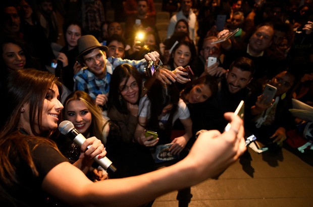Paula Fernandes posa com fãs (Foto: Douglas Magno)