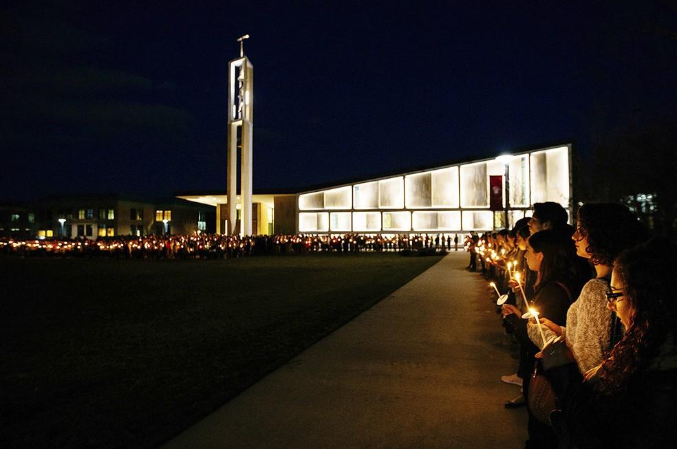 No domingo (2), colegas prestaram uma homenagem no campus da instituição (Foto: Sean Kaschak/Sacred Heart University via AP)