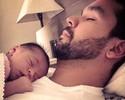 Pai de primeira viagem, William curte sono com filha: 'Amor incondicional'
