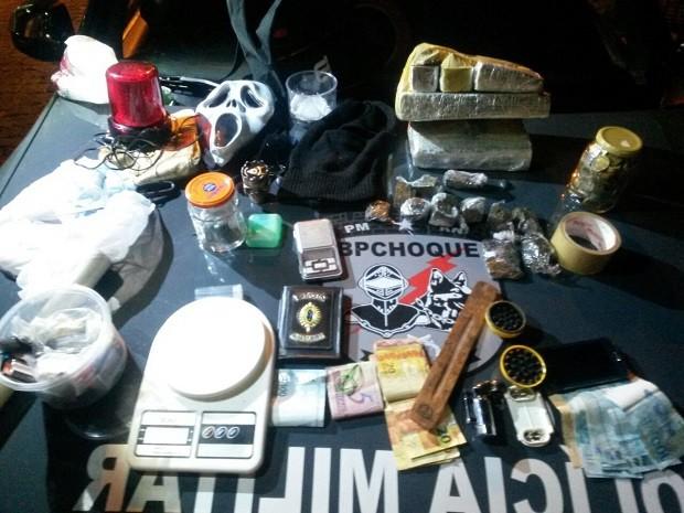 Material apreendido com os suspeitos foi levado para a Delegacia de Plantão da Zona Sul de Natal (Foto: Divulgação/BPChoque)