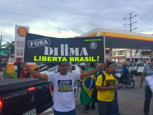 Manifestantes contra Lula se reuniram na esquina da Av. Djalma Batista e Rua Pará (Foto: Sérgio Rodrigues/G1 AM)