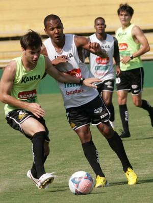 Volante  Everton Luiz tenta roubar a bola de meia André Gava, em treino do Criciúma (Foto: Fernando Ribeiro / Criciúma EC)