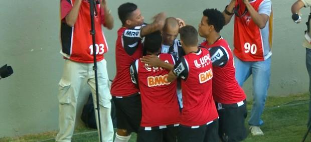 Jogadores comemoram a virada do Atlético-MG (Foto: Reprodução / TV Globo Minas)