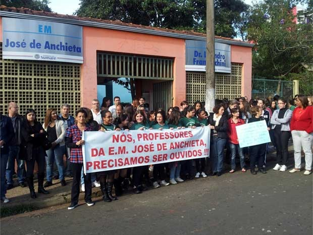 Professores de escola municipal de Sumar&#233; fazem protesto e pedem melhores condi&#231;&#245;es de trabalho (Foto: Andr&#233; Natale / EPTV)