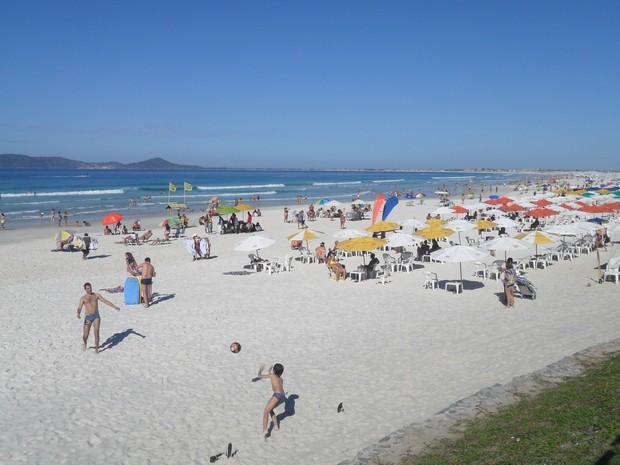 Praia do Forte ficou movimentada na manhã deste domingo (14) (Foto: Tomás Baggio)
